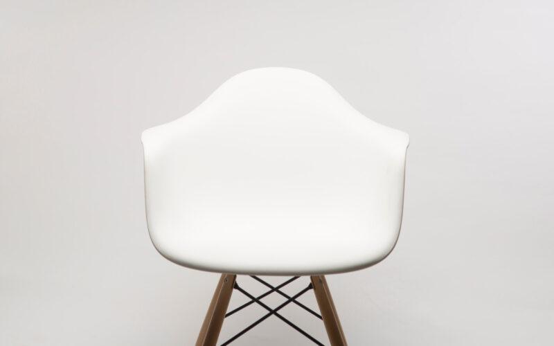 Designbeskyttelse: Hvid stol på hvid baggrund