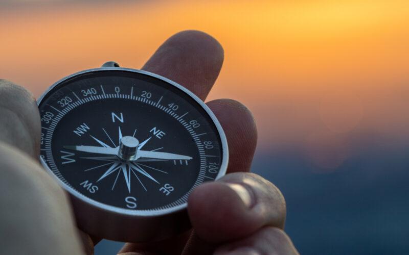 Kompas i solnedgangen
