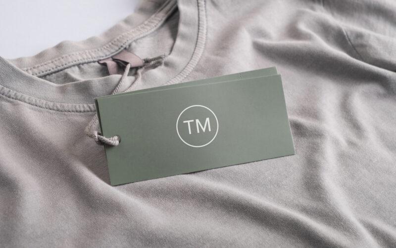 Skilt med varemærke-icon på t-shirt